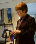 Britt Almström avtackar och presenterar årsmötesgåvan